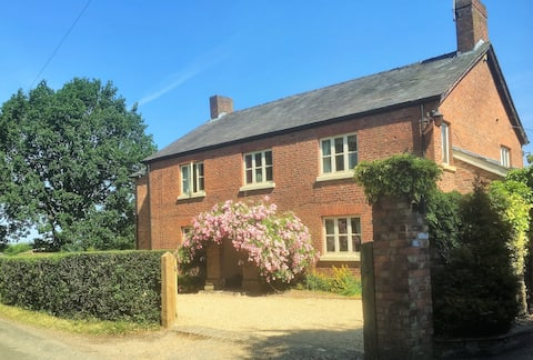 Farmhouse near Manchester Airport - private suite