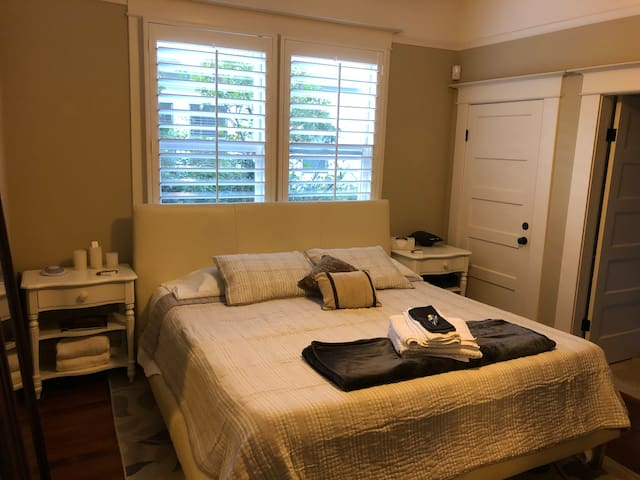 Master Room w bath en suite near Historic Plaza!