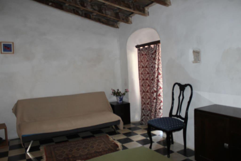 Sofá-cama en la 2ª estancia; ventana a la calle