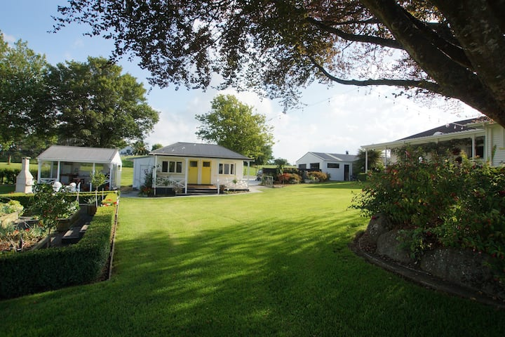 Karapiro Country Cottages - 3 in 2 acres of garden