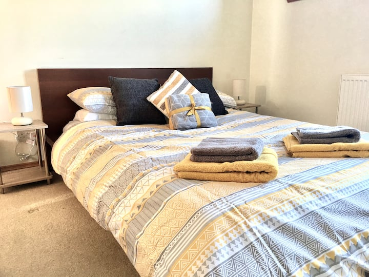 **2 Bed Flat - Marina View - Free Parking / WiFi**