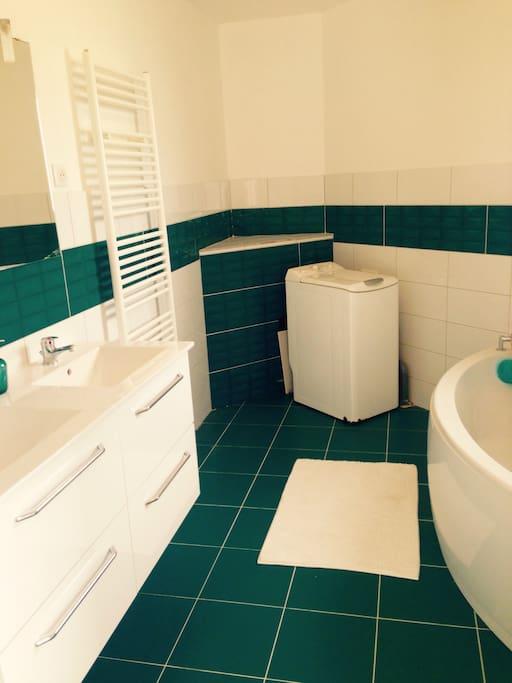 La maison possède 2 salle de bain