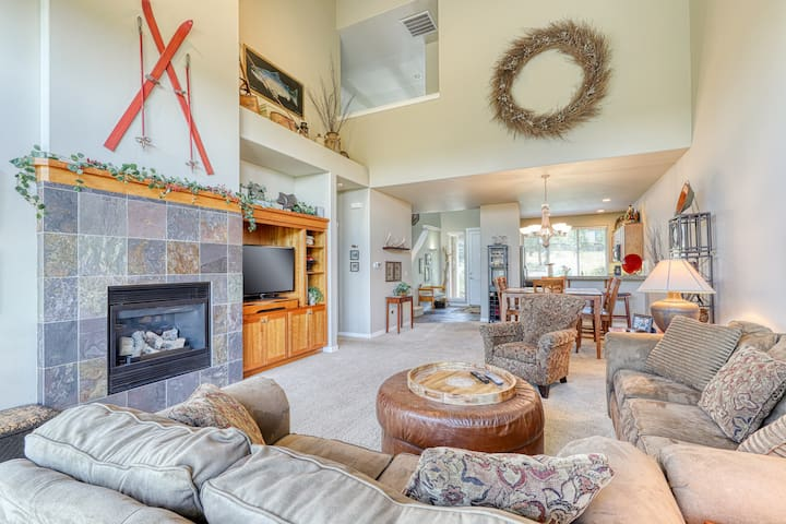 Beautiful Eagle Crest townhouse w/ stunning views & shared pools/hot tubs!