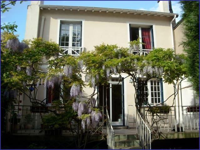 Maison de charme au pied du Mont Valérien - PARIS - Suresnes - Bed & Breakfast