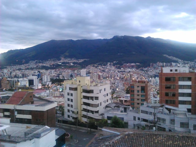 Furnished room in family house - Quito - House