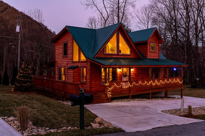 The Red Fox Cabin - Year Round Access 2 King Beds+
