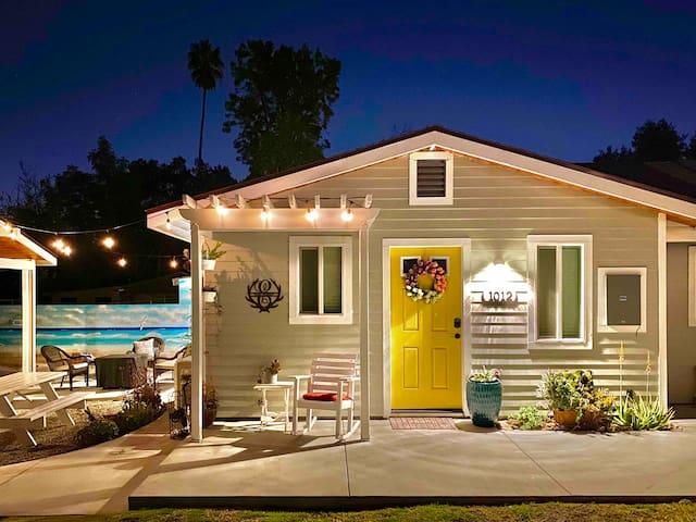 Elmo Hideout, a cozy bungalow & 4K movie projector