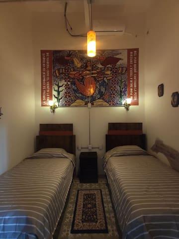 Dos camas individuales en hotel boutique céntrico.
