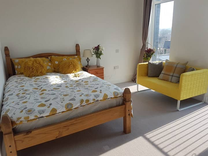 Luxury en-suite room & parking 5 mins walk from JR