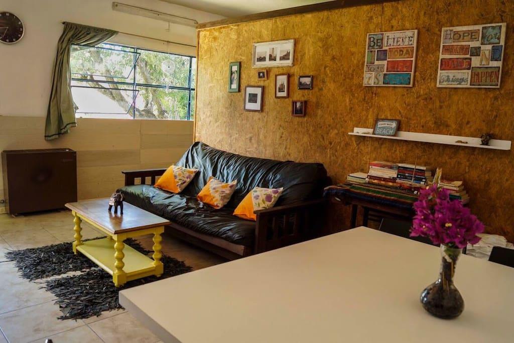 Amplia casa monoambiente de 57mt2, con cocina separada.  Posee dos habitaciones divididas por box construidos de OSB, sin cerramientos.