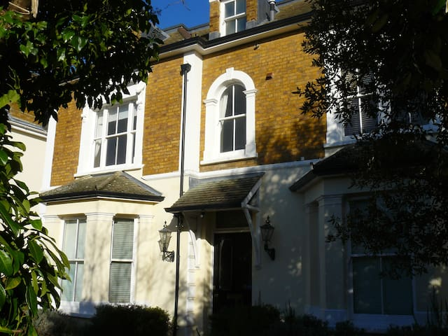 Self catering apartment near Hampton Court - East Molesey - アパート
