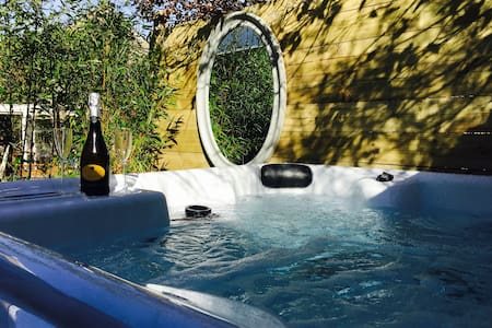 Thimblewynd: romantic getaway with hot tub.