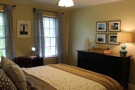 Large, newly furnished, second floor bedroom - Mechanicsville - Hus