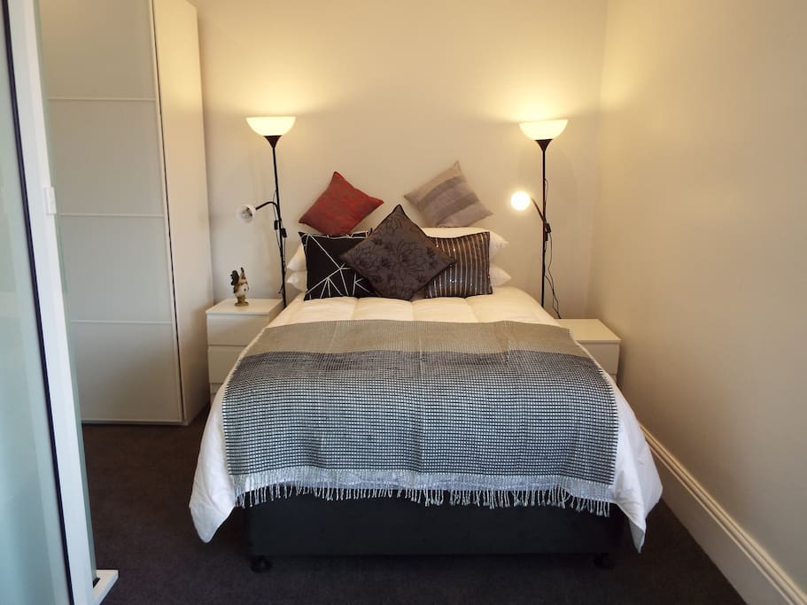 Spacious private room en suite on street parking for Best private dining rooms hobart