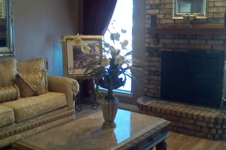 1 Story 3 bed, 2 ba w/ Bright Sunroom near Dallas - DeSoto