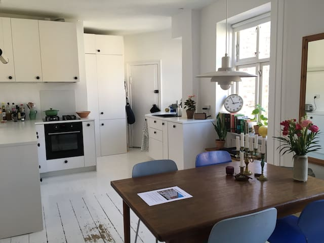 Cosy and bright city apartment, close to the beach