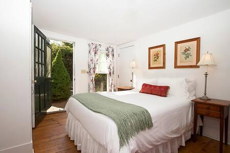India Street Inn - Tulip - Nantucket - Bed & Breakfast