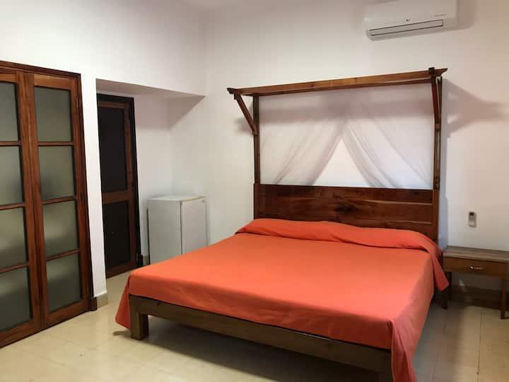 Habitacion confortable con ingreso independiente.