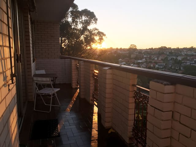 Bright flat w balcony,parking & great view - Earlwood - Apartament