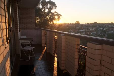 Bright flat w balcony,parking & great view - Earlwood - 公寓