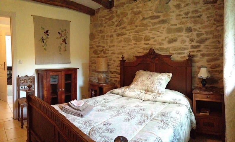 Les Trois Fleurs, chambre 2, Champagnac-la-Rivière