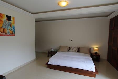 Chambre à coucher avec lit king size et matelas 100% latex