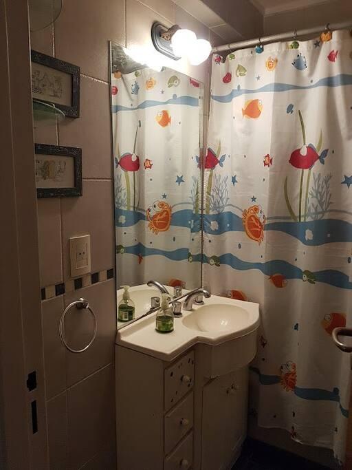 Baño completo con bañera. Toallero, repisas para una cómoda estadía.