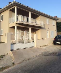 Gîte spacieux avec parking privé - Sainte-Lucie-de-Tallano