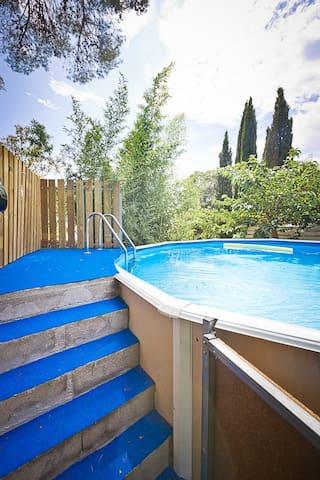 Accès à la piscine par escalier avec barrière sécurisée