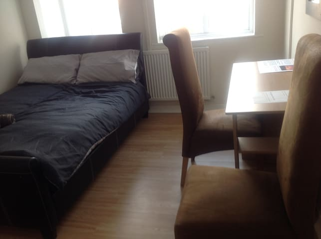 Entire flat 2 double beds sleeps 4 near Liverpool