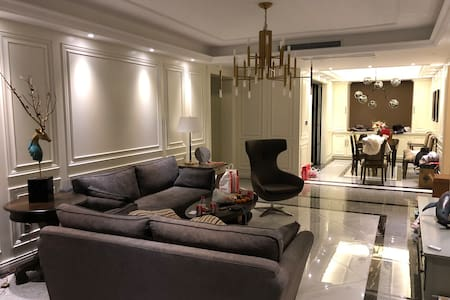 舒适的家  房间内有两个卧室、一个榻榻米房间、一个书房、一个影院客厅、一个酒吧、希望您能爱护