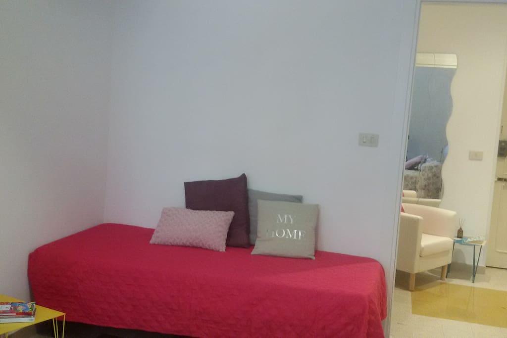 Il letto singolo della camera da letto
