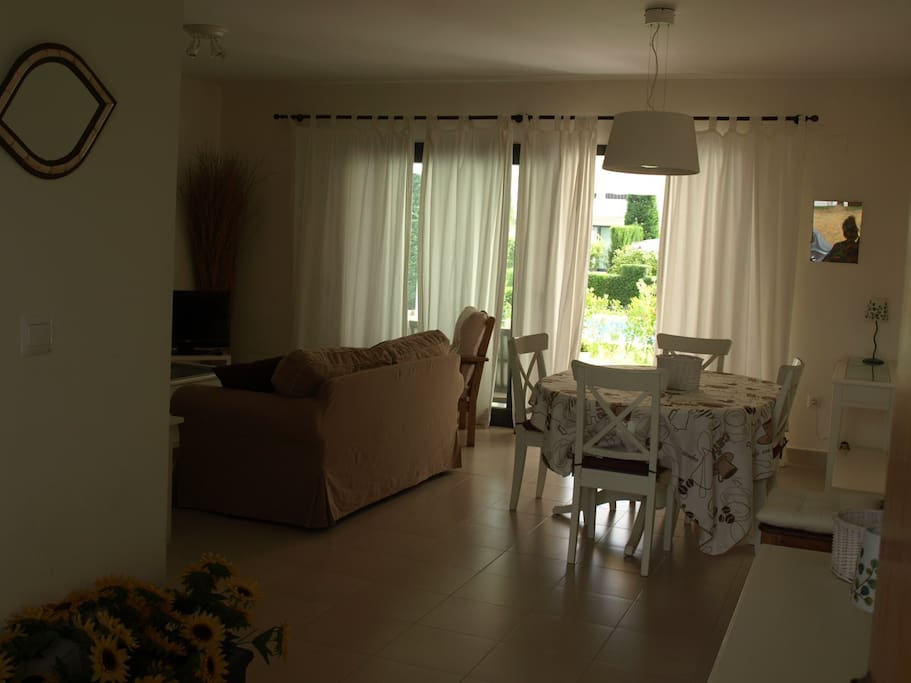 Casa blanca con piscina cerca del mar y el golf adosados for Apartamentos en torre del mar con piscina