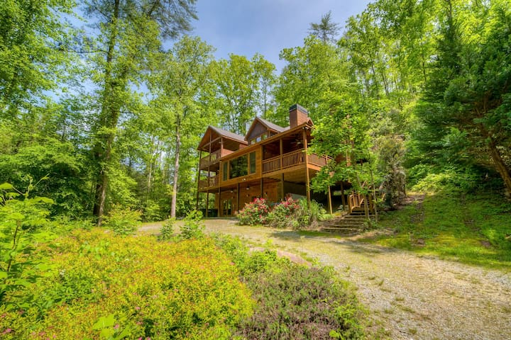 Gorgeous & convenient cabin right on the river, in gated resort w/ pool table