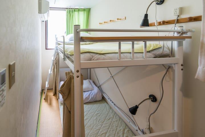 une chambre avec 2 lit  ( à 2 stations de Namba)