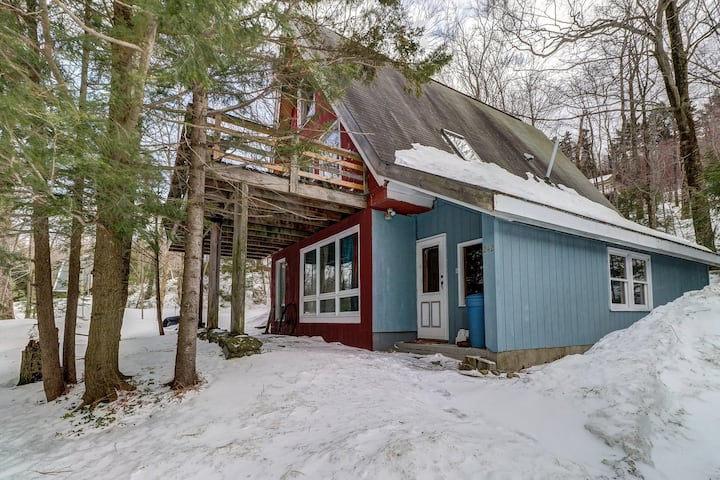 Charming A-frame w/ deck & fireplace - walk to the lifts & ski home!