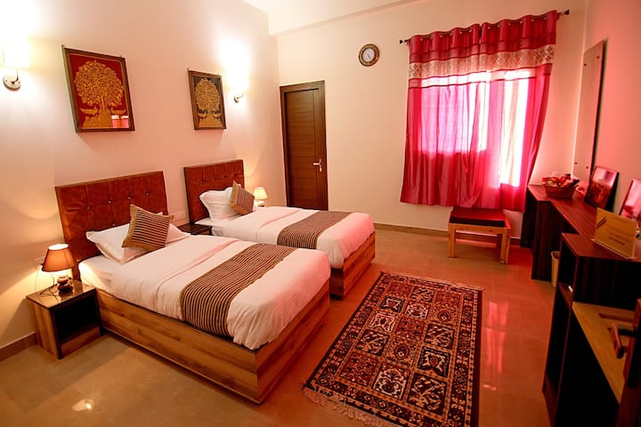 Comfy Twin Beds in Hideout - minutes away from Taj