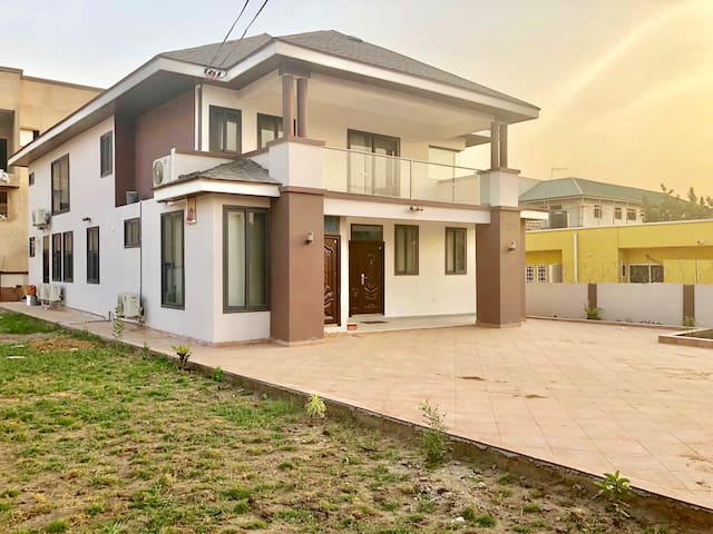 Cozy Rooms in Solar House w/ Gym-East Legon, Accra