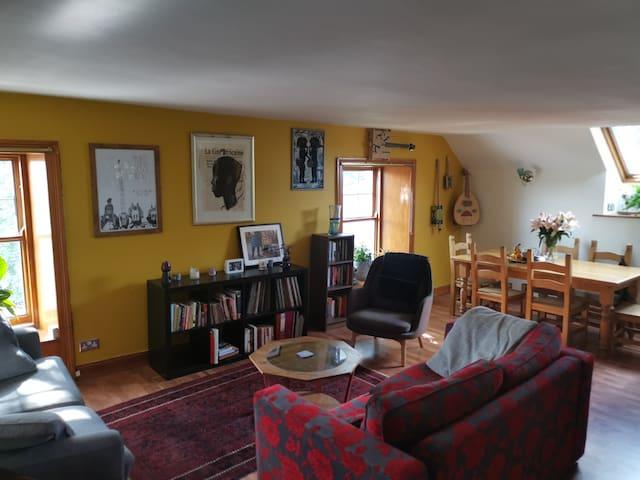 Historic 2 bedroom flat close to Edinburgh