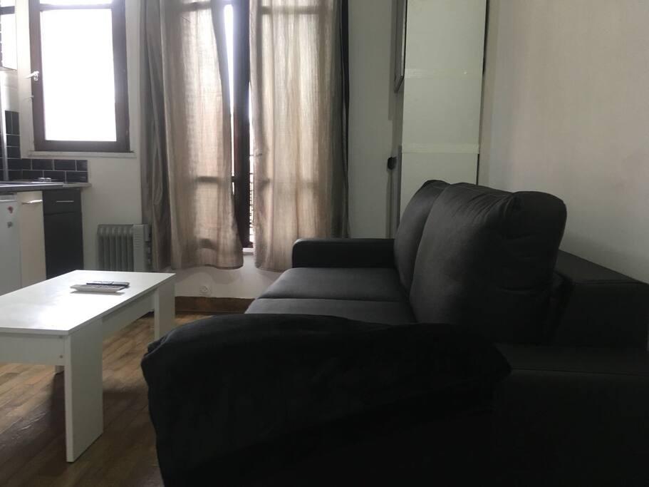 Nouveau canapé lit suite aux retours des voyageurs. 140x190cm, vrai matelas!