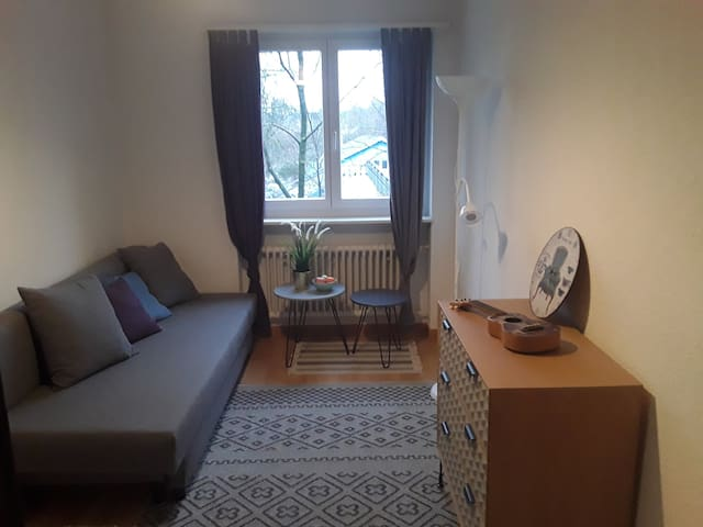Wonderful, cosy room between airport & city center