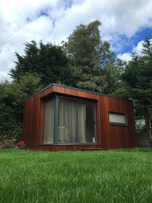 Cozy quiet garden room near luas cottages for rent in for Garden rooms near me