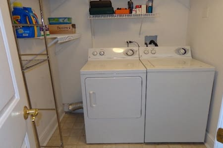 Private bedroom and bath in downtown Des Plaines. - Apartamento