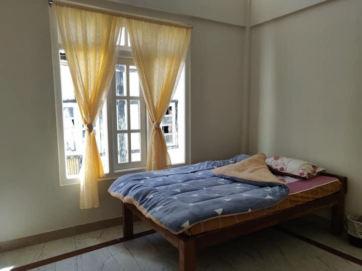 Bright Single room at Maple Homestay