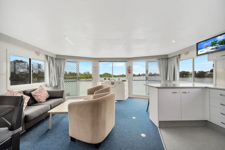 Sapphire Lady - Unique Gold Coast accommodation on the water