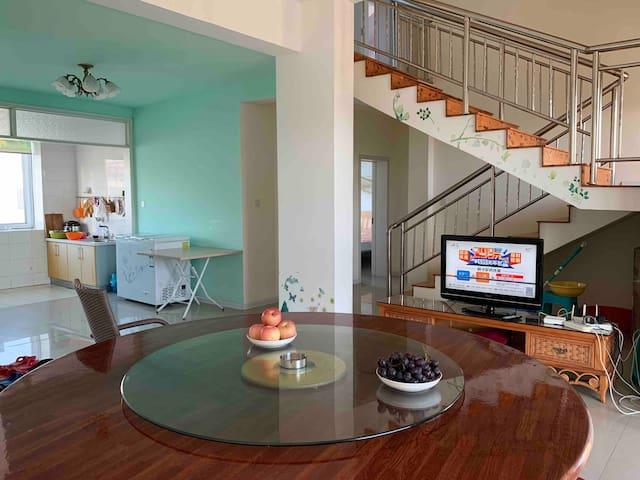 乳山银滩复式跃层套房5室5大床2间空调位于5楼有WiFi电视洗衣 机热水器厨房歺具齐全到海边8分钟。
