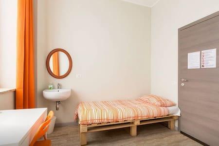 Twin room super bright + common WC! - Cinisello Balsamo