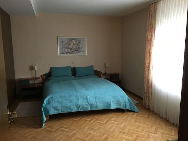 Zimmer mit Gartenblick in einer Ferienwohnung