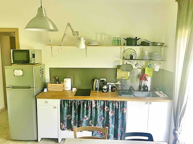 The kitchen: simple but complete with everything you could possibly need to cook a meal / La cucina: semplice ma con tutto il necessario per cucinare