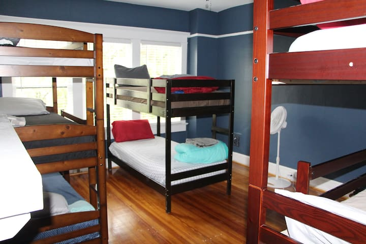 "Single bed in shared room(9)""ATL Midtown Hostel"""